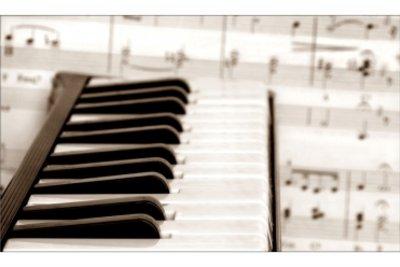 Ein virtuelles Piano am Computer spielen
