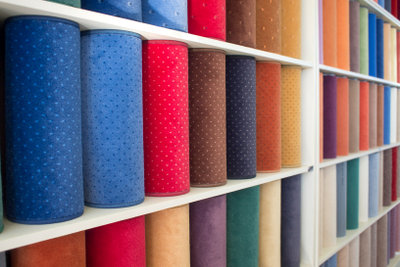 Verlegeteppiche in verschiedenen Farben.