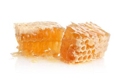 Honig hilft gegen Halsbeschwerden.