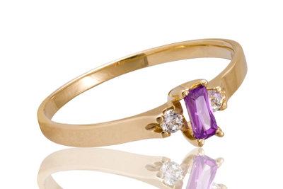 Größere Ringe passen auf den Mittelfinger.
