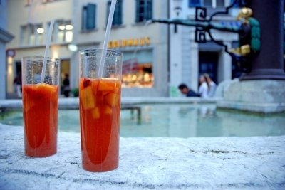 Mischen Sie Sangria mit anderen Getränken.