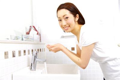 Die Gesichtshaut mit Hausmitteln waschen.