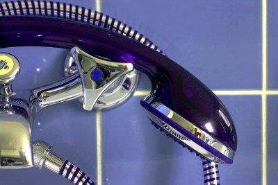 Ein Duschvorhang schützt vor Spritzern.