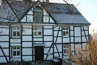 Ein Haus verursacht viele Kosten.