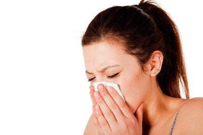 Gerade bei Schnupfen wird die Nasenhaut duch häufiges Nasenputzen strapaziert.