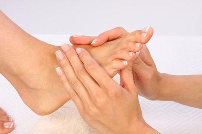 Massagen können kalte Fußzehen lindern.