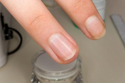 Nagellack verschönert die Nägel.