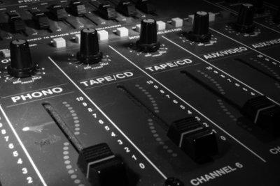 Das Mischpult als Zentrale im Tonstudio