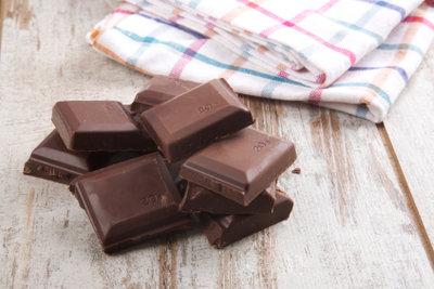 Dunkle Kuvertüre ist Bestandteil veganer Schokolade.