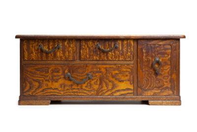 Antike Möbel lassen sich aufwendig aufarbeiten.