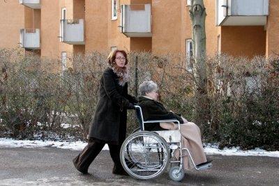 Heilerziehungspfleger arbeiten mit behinderten Menschen.