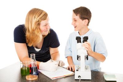 Chemische Formeln inspirieren zu verschiedenen Versuchen.