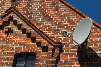 Eine Satellitenanlage für kostengünstigen Fernsehempfang.