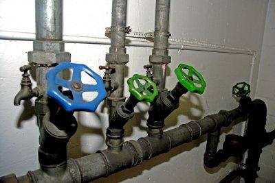 Verschraubungen erleichtern Reparaturen der Wasserleitung.