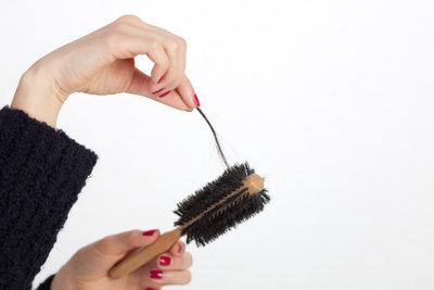 Es gibt Mittel gegen Haarausfall.