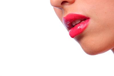 Pflegen Sie trockene Lippen mit Hausmitteln.