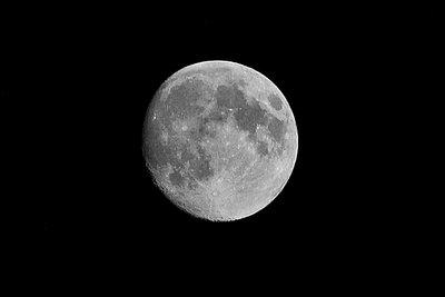 Der Mond erscheint oft geheimnisvoll.