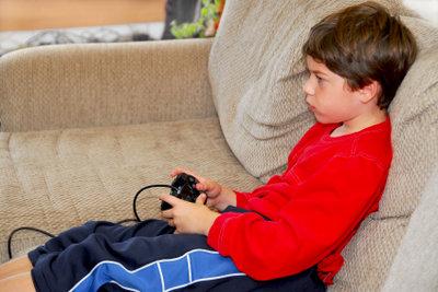 Kinder spielen gern Xbox.