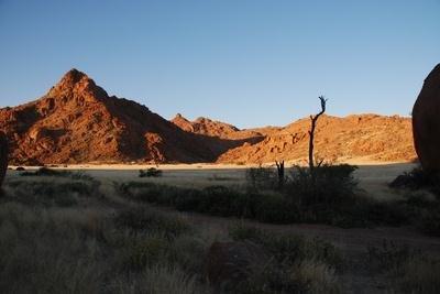 Die Namib ist eine Küstenwüste .