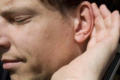Pickel am Ohr können unangenehm sein.
