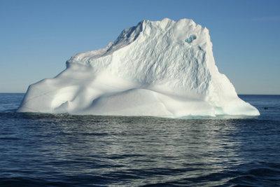 Der Eisberg schwimmt aufgrund geringerer Dichte.