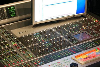 Ein Plattenlabel produziert professionell Musik.