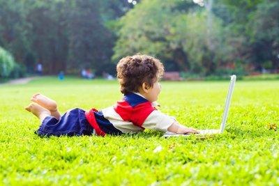 Kinder surfen sehr unbefangen im Internet.