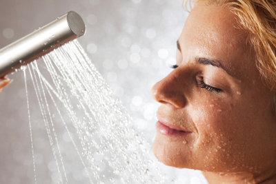 Schweißgeruch kann beim Duschen entstehen.