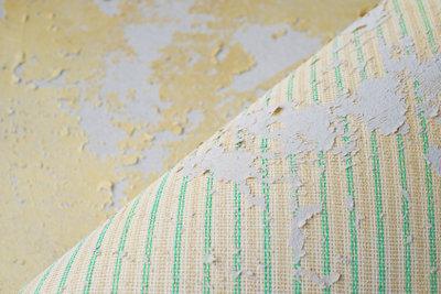 Den Teppichboden mit einem Teppichlöser entfernen