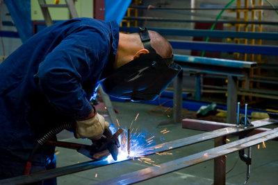 Schweißer in einer Metallbau-Werkstatt