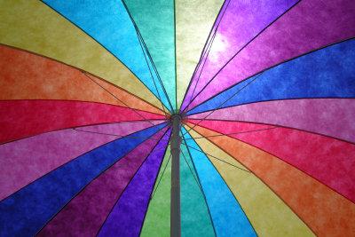 Gestalten Sie einen kunterbunten Regenschirm.