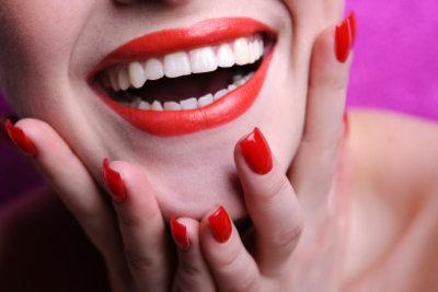 Verfärbte Nägel entstehen durch kräftige Farben.