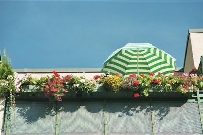 Den Balkonboden mit Rasenteppich auslegen.