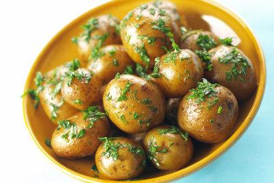 Kräuterkartoffeln aus dem Ofen schmecken köstlich.