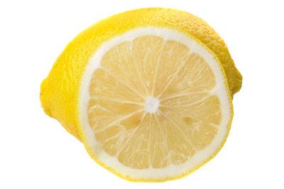 Zitronenduft liegt in der Luft.