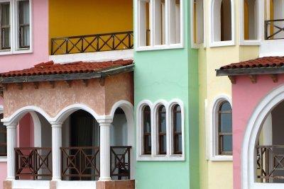 Streichen Sie Ihre Hauswände farbig an.