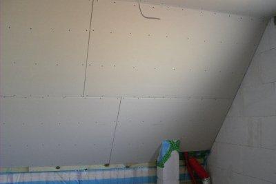 Verkleben Sie Rigips an Ihre Wände.