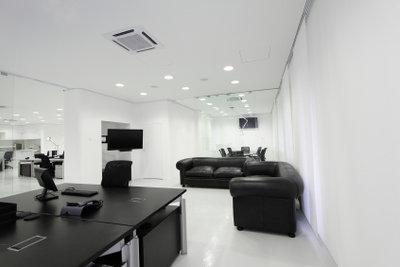 Weiße Wandfarbe passt zu schwarzen Möbeln.