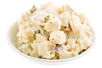 Frisch zubereiteter Kartoffelsalat ist lecker.