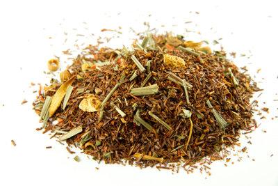 Eine Tasse Tee hilft  gegen Halsschmerzen.