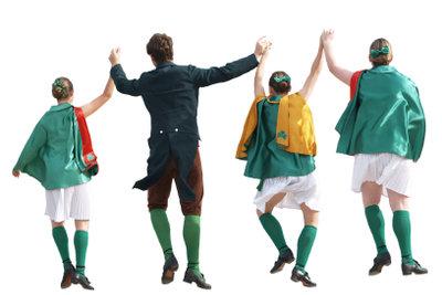 Tanzen Sie zu irischen Volksliedern.