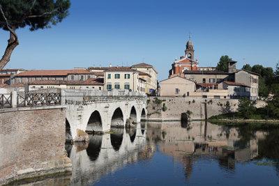Besichtigen Sie die Tiberius-Brücke in Rimini.