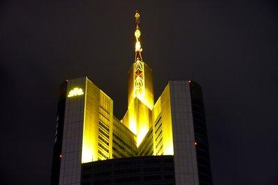 Die Commerzbankzentrale in Frankfurt bei Nacht