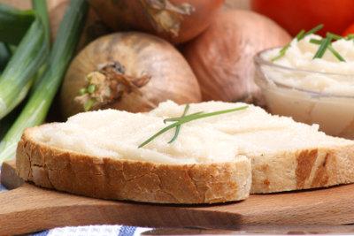 Pflanzliches Zwiebelschmalz ist schnell gemacht.