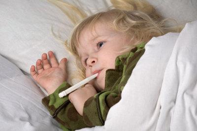 Fiebermessen bei Kindern.