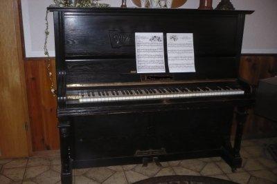Quintfallsequenzen auf dem Klavier spielen.