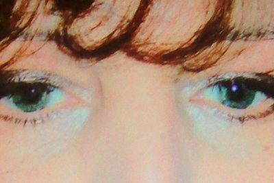 Pflegen Sie die empfindliche Haut unter Ihren Augen sorgfältig.