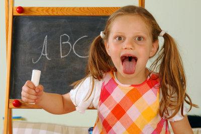 Kinder entdecken die Geschmackszonen der Zunge.