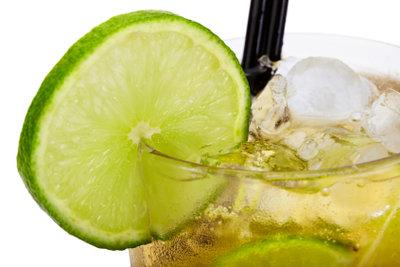 Caipirinha mit Rum ist schnell gemixt.