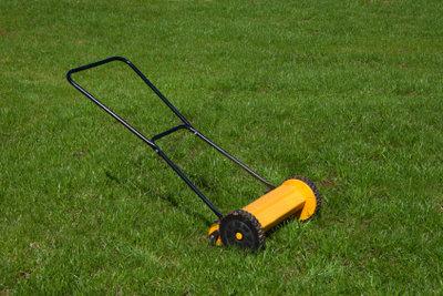 Ein unkrautfreier Rasen erfordert viel Arbeit.